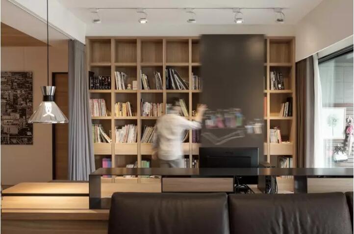 除了客厅的书架,客厅餐厅之间隔断也做成书柜,无论在客厅还是餐厅