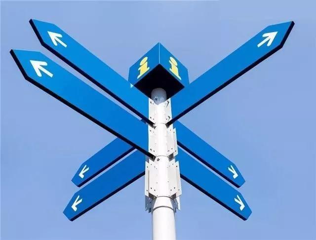 生活中,标牌的导向作用随处可见,如道路标志、安全标志、公共标牌等,标识标牌给人们提供了一大方便,而且随着社会的快速发展,标识标牌的制作不仅仅局限于简单文字的导向作用,更要考虑与环境相融的艺术设计,而表现最明显的则为景区的标识标牌,景区的标识牌是旅游空间重要组成成分,不仅能够彰显本地文化特色,而且也能够营造一个良好的特色文化氛围。  旅游标识是引导旅游者完成旅游活动(包括导游路线、路径指示、景点解说等)的各种信息的表达和标志的符号,它用以协助旅游者在旅游景区完成旅游体验过程,增加对景区了解,是旅游景区环境的