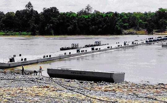 柬埔寨首座浮桥建成通
