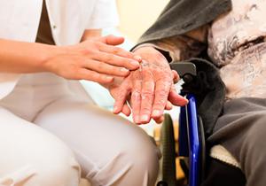 乐虎国际pt手机客户端医疗慈善基金会向南靖金山地区70周岁以上老人发放慰问金