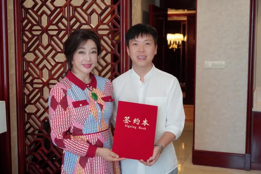 续签形象代言人刘晓庆,哈尔优发娱乐电脑版品牌完美绽放!